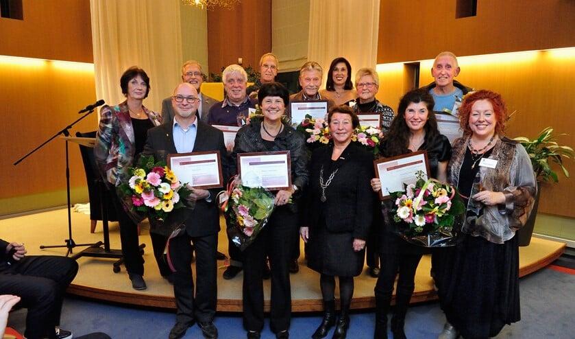 (Bijna) Alle onderscheiden vrijwilligers met de leden van de commissie en burgemeester Koopmanschap.