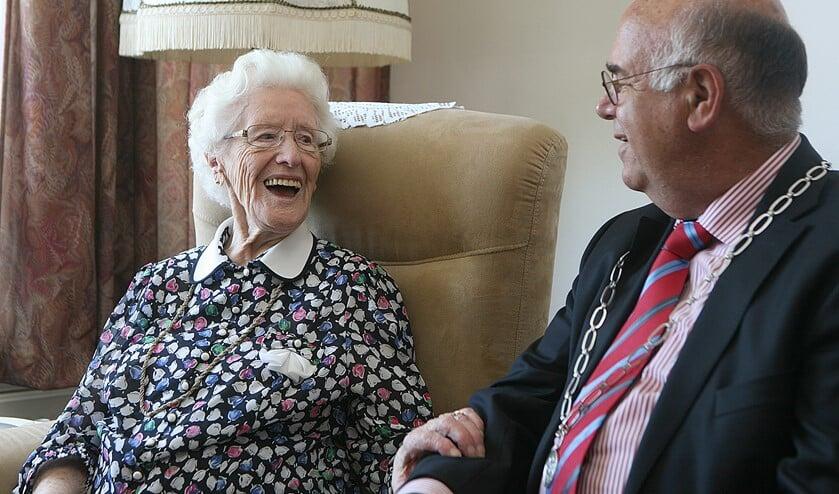 Mevrouw Schaap toen ze honderd werd. Ze had schik in het bezoek van de burgemeester.