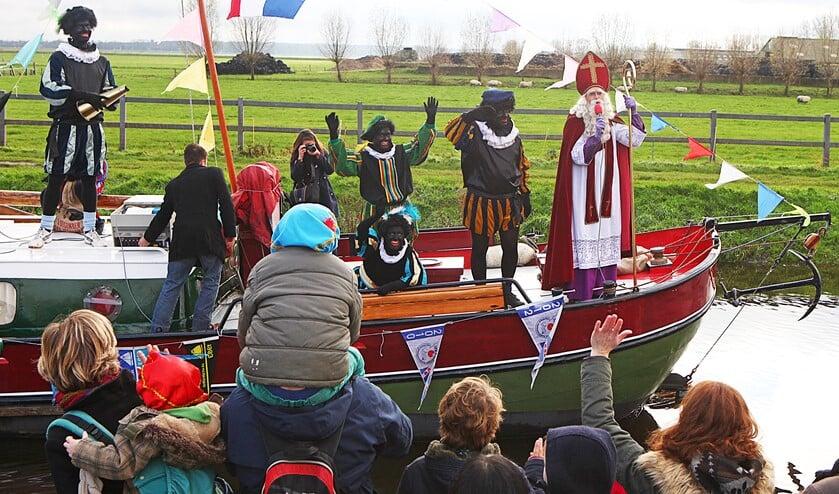 De aankomst van Sinterklaas in Eemnes, waar veel verklede kinderen hem opwachtten.