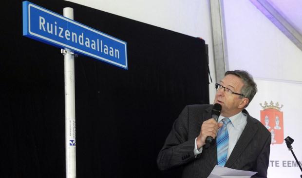 Wethouder Zoetman onthult het eerste straatnaambord van de Zuidpolder. (foto: Studio Kastermans)