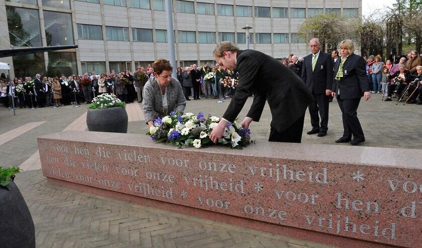 Burgemeester Koopmanschap en raadslid Kai de Haan leggen een krans namens het gemeentebestuur.