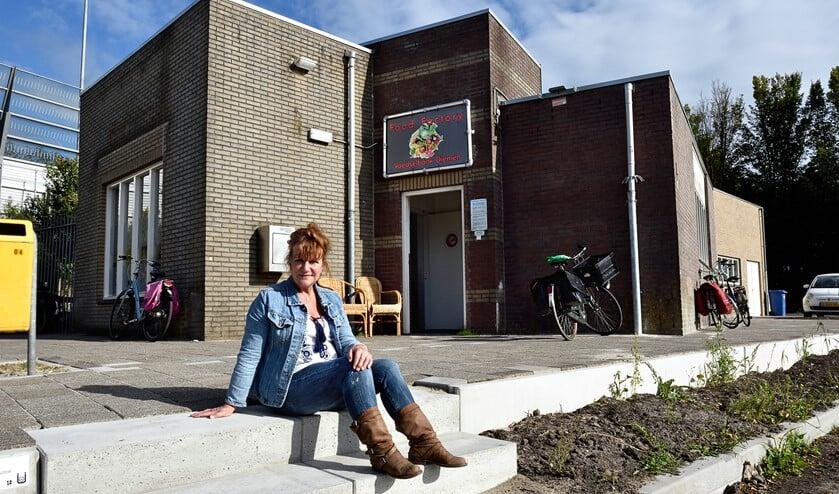 Gerda Smit voor het nieuwe uitgiftepunt aan Landlust.