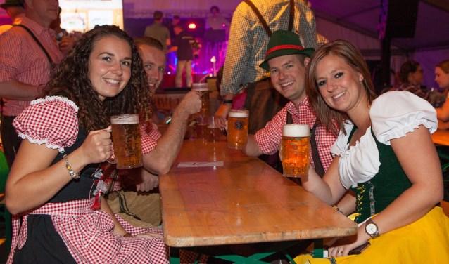In lederhose en dirndl wordt feest gevierd.