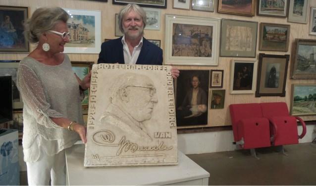 Antoinetty van den Brink met Eric Branger in de Lindenhoeve, de thuishaven van de Historische Kring Laren.