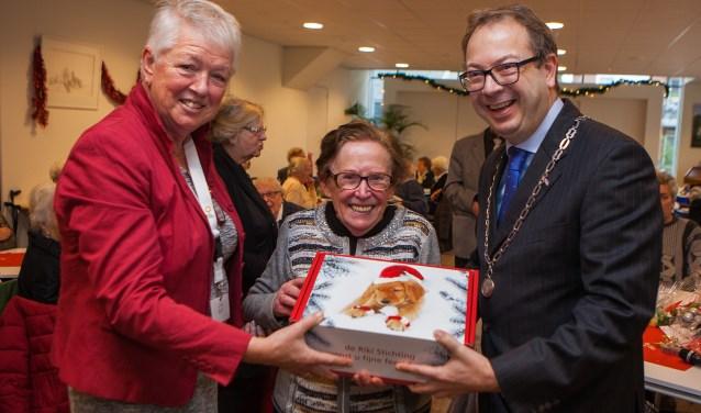 Burgemeester Roland van Benthem mocht het eerste kerstpakket uitreiken.