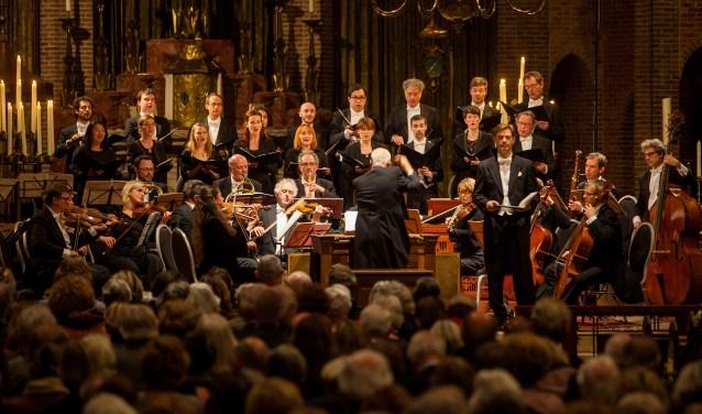 Het Amsterdam Baroque Orchestra en Choir onder leiding van Ton Koopmans. Staand vooraan tenor Tilman Lichdi.