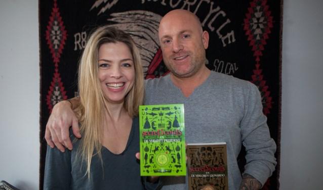 Wendel en Dennis Kind met hun boeken over de 'Secret Scouts'.