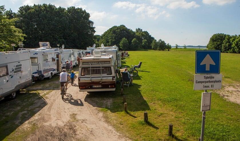 Er staan regelmatig meer dan 8 campers en daardoor kan de 1,5 meter afstand ook niet in acht worden genomen.