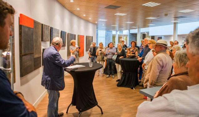 Leo Janssen opent de jubileumexpositie van Paul van Rij. (foto's: Bastiaan Miché)
