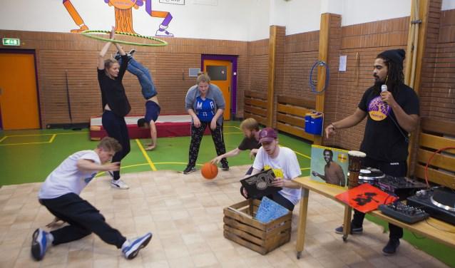 Jongeren kunnen van alles en nog wat doen op de vrije inloopavond van Dynamic Arts in De Scheper.