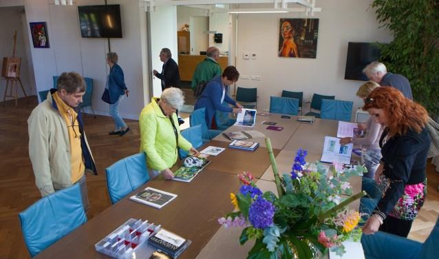 Op het gemeentehuis aan de Kerklaan is een overzichtstentoonstelling van alle deelnemende kunstenaars.