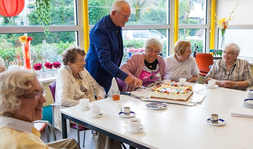 De start werd gevierd met koffie en gebak, aangesneden door wethouder Den Dunnen en een van de ouderen in De Bongerd.
