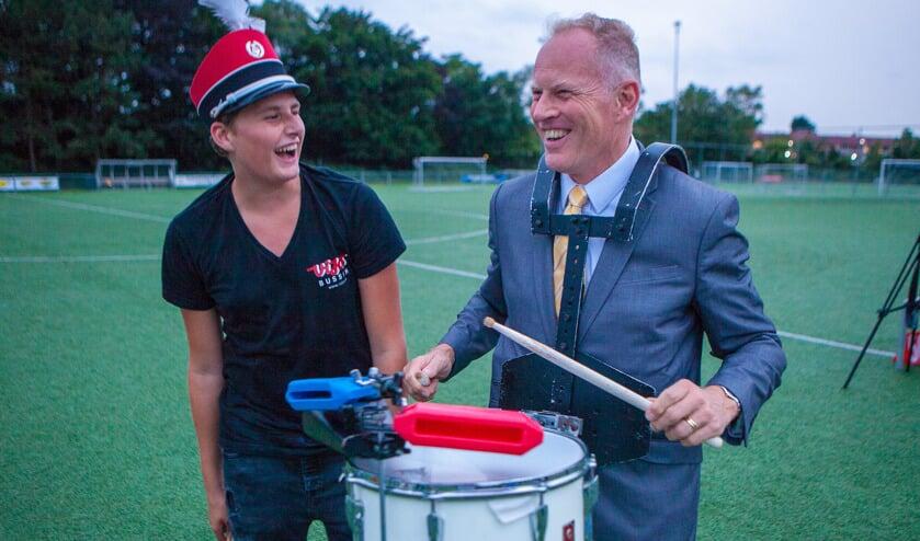 Juli: Burgemeester Han ter Heegde leefde zich helemaal uit op de trommel tijdens de repetitie van de Showband van Drum en Showband ViJos. Niemand wist dat hij langskwam; hij wenste het korps succes met hun deelname aan het vierjaarlijkse Wereld Muziek Concours in Kerkrade.