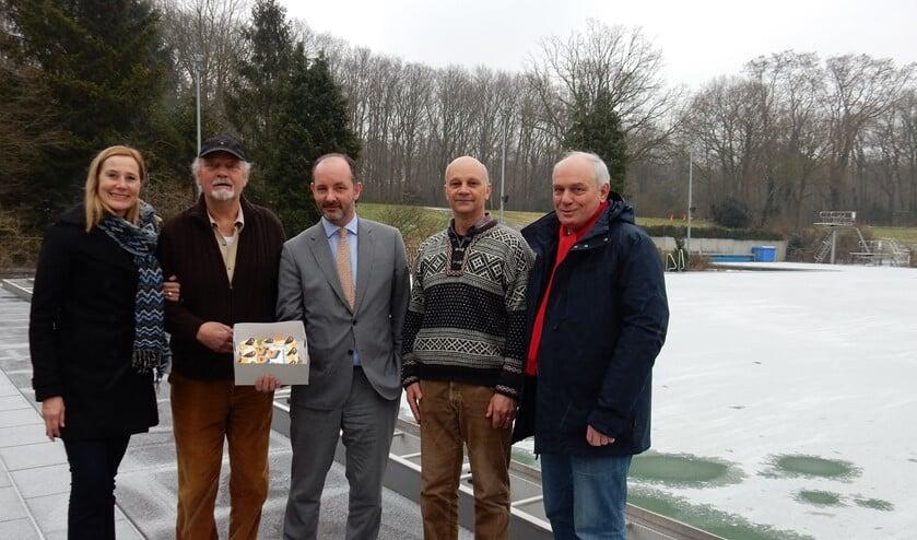 Geert, tweede van links, kreeg samen met zijn zoon februari 2017 een taart van de VVD voor hun bijzondere inzet voor de sport.