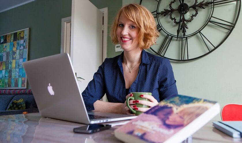 Kim van Schie debuteert met haar eerste boek 'Hallo Lieverd', met daarin een zeer persoonlijk verhaal over de adoptie van haar dochter.