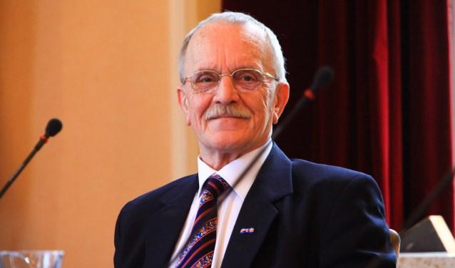 Ernst Wortel in de raadszaal van Laren.