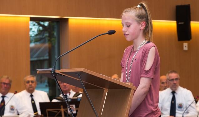 Kinderburgemeester Marit Engelberts  leest haar gedicht voor.