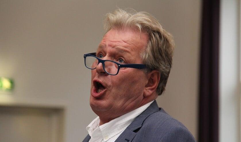 Dirigent Bert Moll mimet alle teksten mee tijdens het dirigeren.