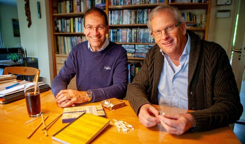 Gert-Jan en Coen met houten wattenstaafjes, bamboe rietjes en notitieblokken met een gerecyclede plastic kaft.