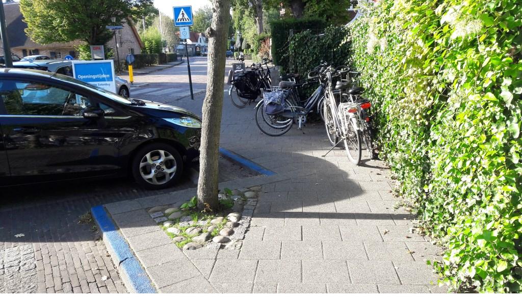 Veel fietsen op de stoep bij AH in het Oude Dorp. Foto: DAB © Enter Media