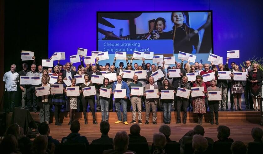 Alle winnaars met hun cheque.