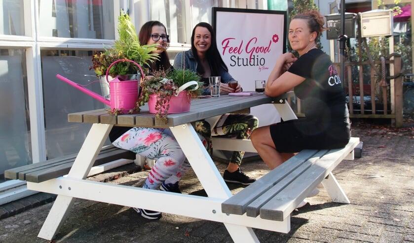 Irma (midden) overlegt met haar Feel Good-coaches Anne (links) en Monique.