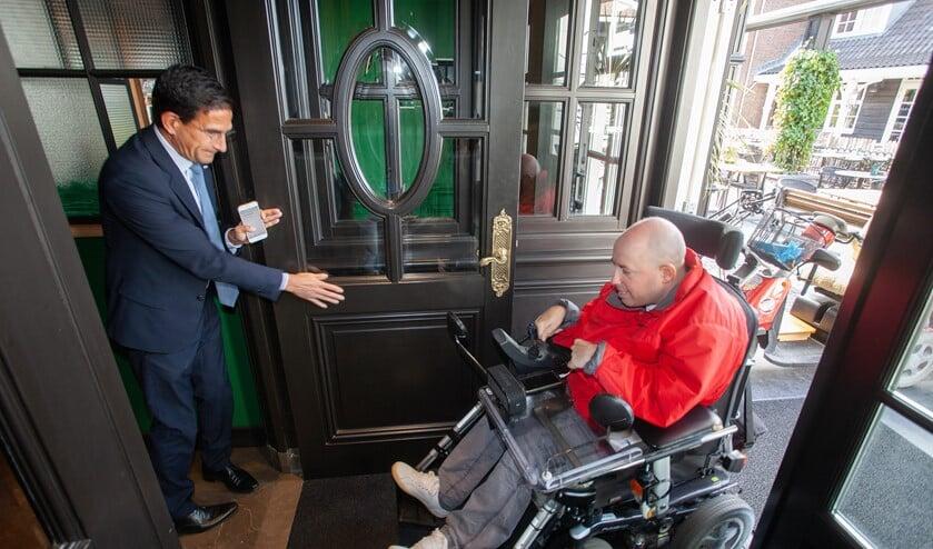 Wethouder Hulscher laat Vincent Ohlrichs binnen in restaurant Porterhouse.