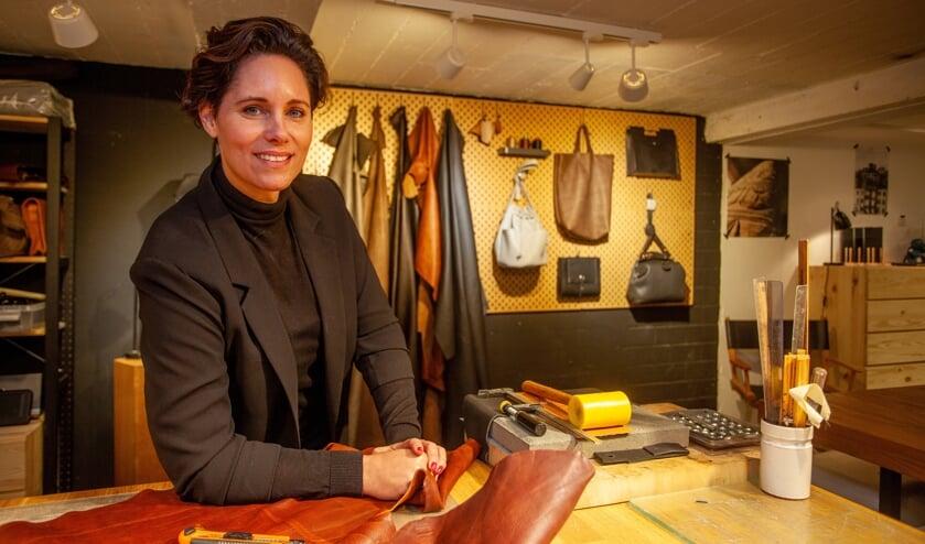 Linda is een echte ambachtsvrouw en maakt voornamelijk tassen van leer.