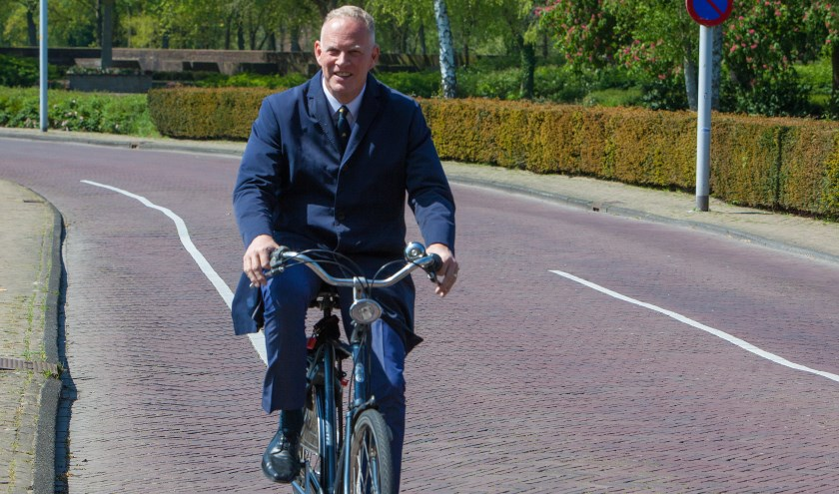 De burgemeester pakt graag de fiets.
