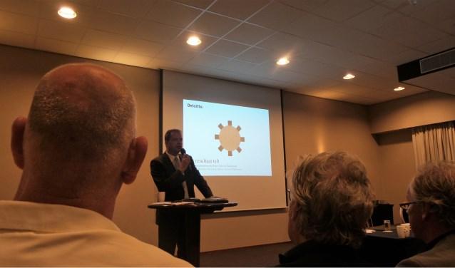Gedeputeerde Jack van der Hoek bij de presentatie van het bestuurskrachtrapport in september 2016.