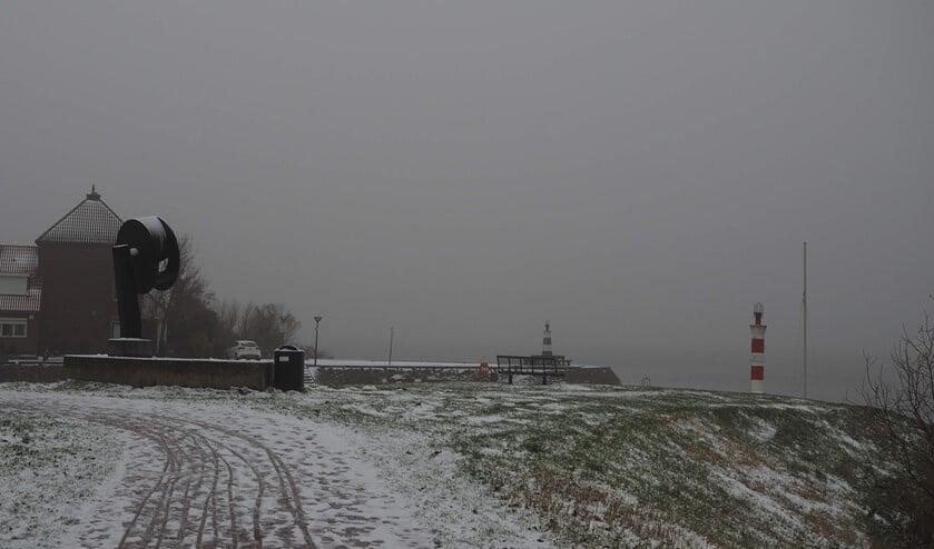 De kop van de aanloophaven met sneeuw op de grond en mist.
