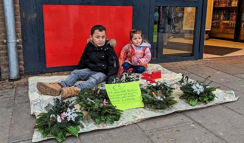 Raphael verkocht kerststukjes om geld te verdienen om voor andere kinderen cadeautjes te verkopen.