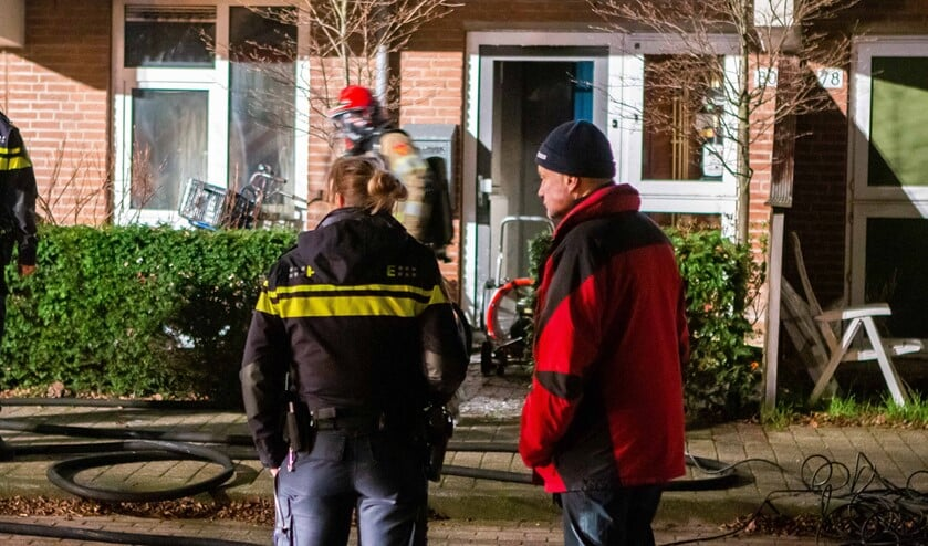 Burgemeester Sicko Heldoorn (r) kon na de start van de dienst meteen mee naar een brand aan de Westkade, waar de politie de afzettingen regelde.