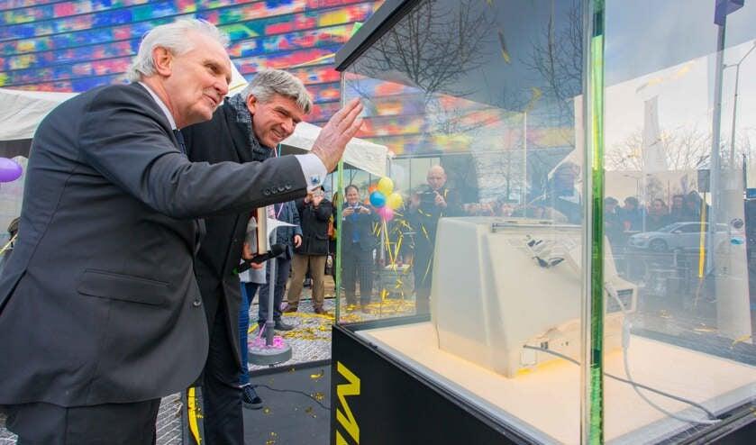 Wethouder Wimar Jaeger samen met burgemeester Broertjes bij de opening van de Media Mile voor Beeld en Geluid
