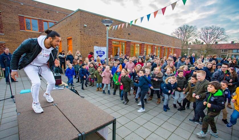 Juvat, hier bij de Da Costaschool in Hilversum, komt de gezamenlijke warming-up doen!