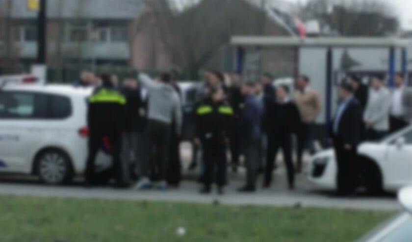 Veel mensen bemoeiden zich met het werk van de politie.