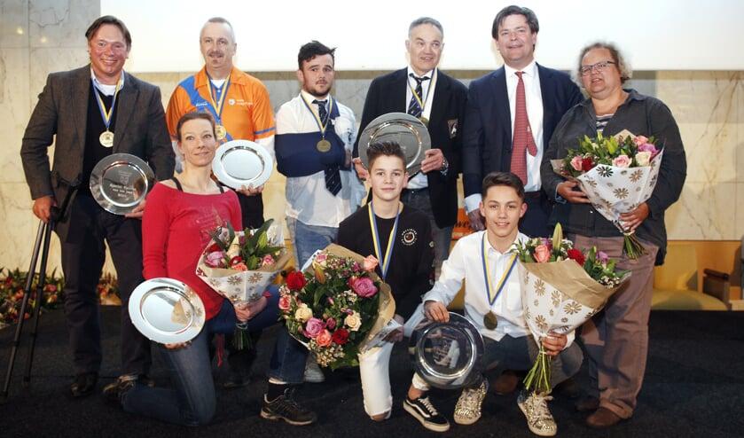 De winnaars samen met wethouder Floris Voorink van sport.