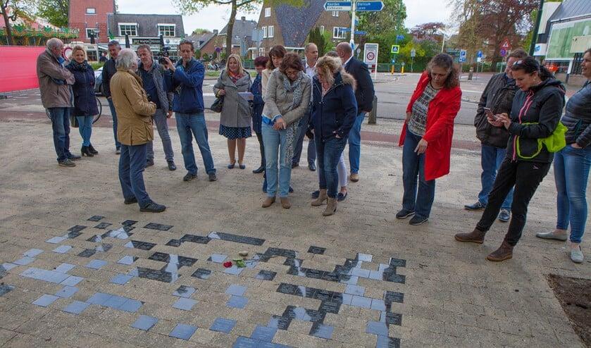 Wethouder Gerrit Pas vertelt hoe de vernieuwing tot stand is gekomen. Alle namen staan nu op tegels die voor het monument liggen.