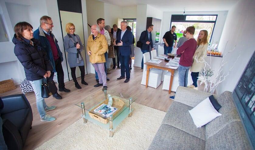 Wethouder Gerrit Pas opende het huis met alleen spullen uit de kringloopwinkel woensdag officieel.