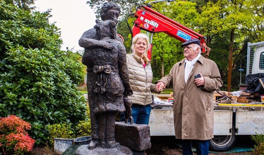 Marloes Eerden samen met voorzitter Gerard Klein van de Joodse Gemeente Hilversum bij het kunstwerk.