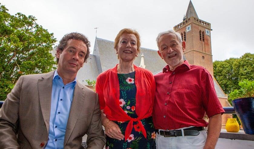 Het gouden paar met wethouder Boom op hun balkon dat uitkijkt op de Oude Kerk.