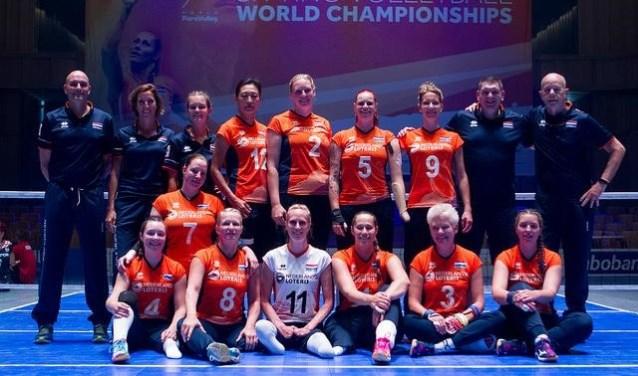 Het Nederlandse damesteam, Paula List zit op de onderste rij, derde van links (nummer 8).