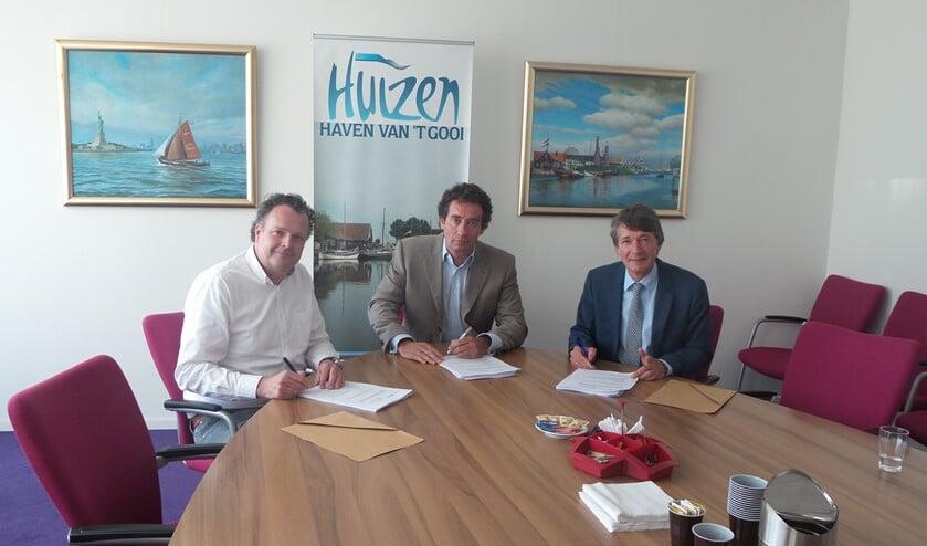 De ondertekening van de contracten door Coen Hagendoorn, wethouder Roland Boom en Bertran Slokker.