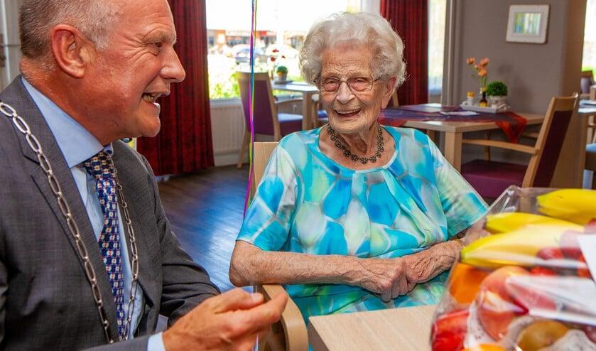 De burgemeester en Fred gezellig in gesprek.