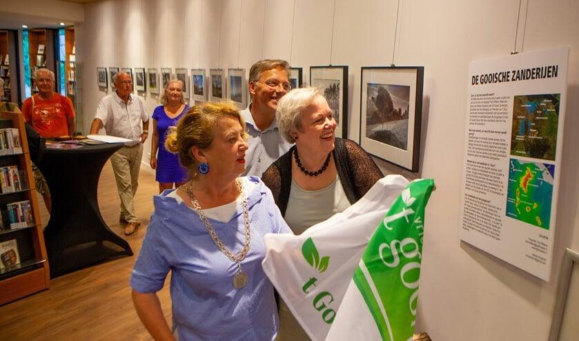 Burgemeester Rinske Kruisinga en rentmeester Karen Heerschop openen de foto-tentoonstelling van Fred Willems.