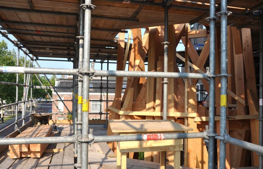 De spits wordt naast de kerk opgebouwd. Foto: André Verheul © Enter Media