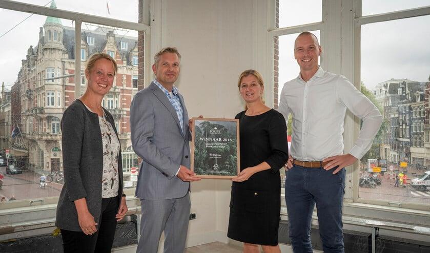 Erna Snelder en Ruurd Kramer van Slokker Bouwgroep en Rick Kamphorst en Liesbeth Gort van FSC Nederland.