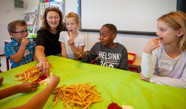Ter gelegenheid van het jubileum mochten de kinderen bij hoge uitzondering een keer patat eten op school. Foto: Bob Awick © Enter Media