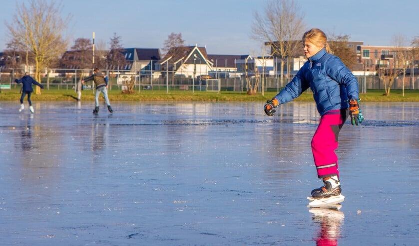 De eerste kinderen konden al schaatsen op het opgespoten veld aan de Aristoteleslaan.
