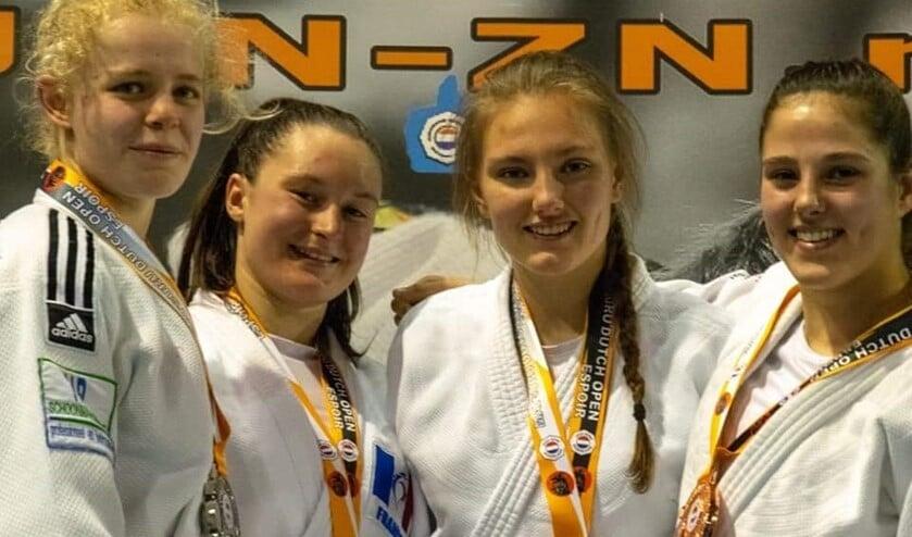 Judoka Nadiah (links) behaalde een zilveren medaille op het sterk bezette toernooi.